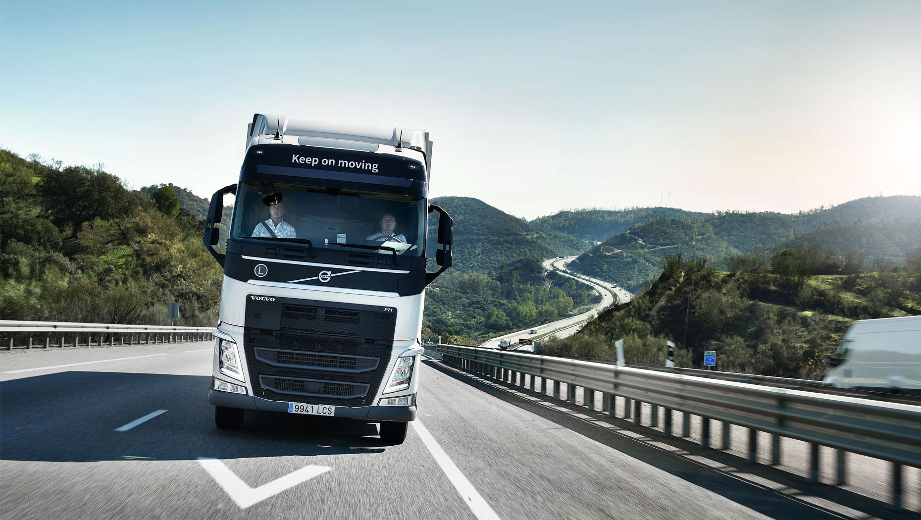 Volvo FH con I-Save conduciendo en la carretera